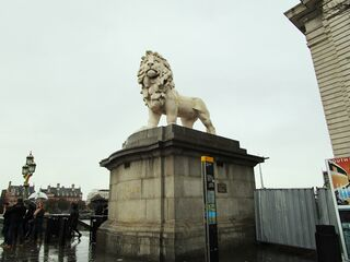 File:WestminsterBridgeGodingsLion3 SP Nov16.jpg